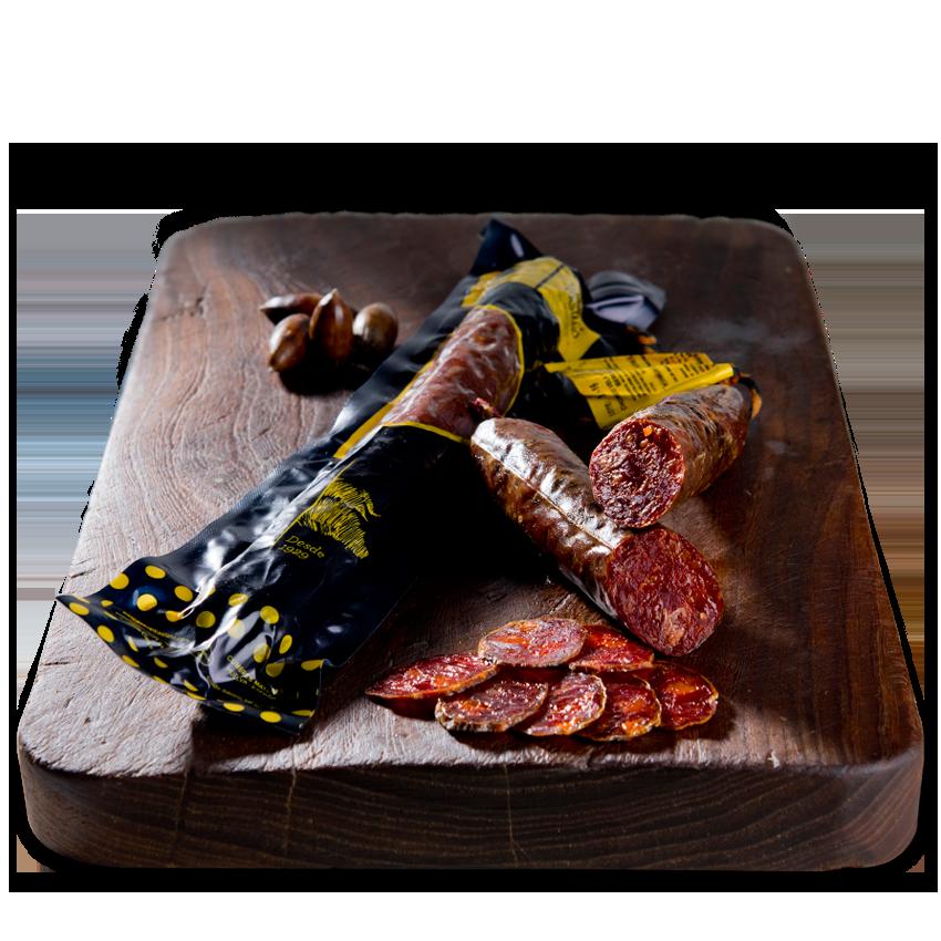 Se elabora con un picado de carne grueso y se embute en tripa natural cular de cerdo. Es intenso y tiene un reconocible sabor al pimentón que contiene, ligeramente picante.